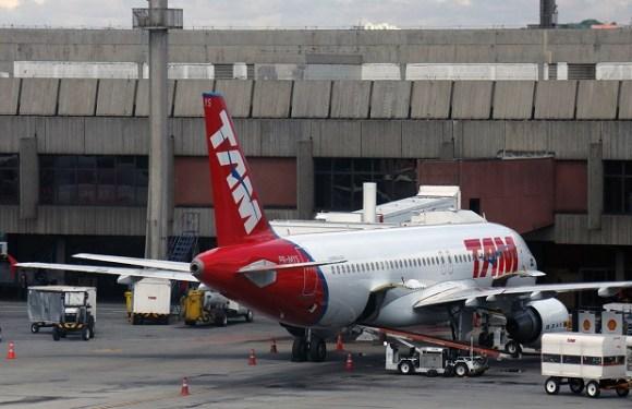 Tumulto em avião pode render pena mais severa para passageiro