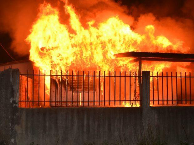 Idosa de 88 anos acende vela para fazer oração e incendeia casa