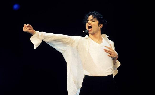 Michael Jackson tinha pornografia infantil em casa, apontam documentos