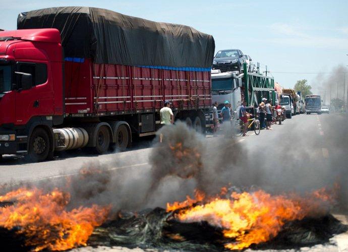 Governo vai aplicar multa de R$ 1.915 a caminhoneiros que fecharem BRs; mas o MST pode