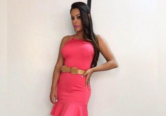 Larissa Riquelme agora se veste mais comportada e apresenta um programa de TV