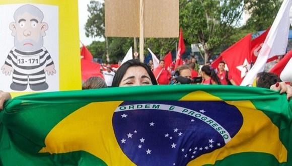 Dancinha anti-Dilma ganha tutorial e vira piada nas redes sociais; assista