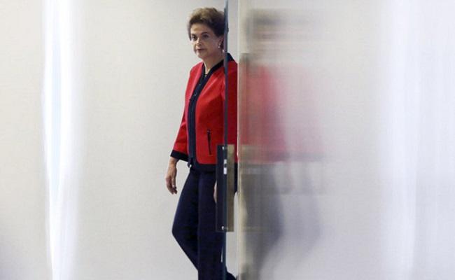 """""""Não renuncio em hipótese alguma"""", diz Dilma em discurso"""