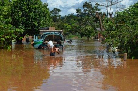 Enchente deixa pelo menos 150 famílias desabrigadas