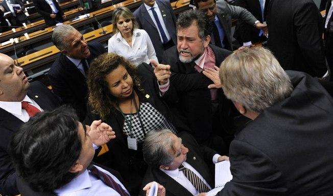 Polícia legislativa teve que intervir para que deputados não saíssem no tapa