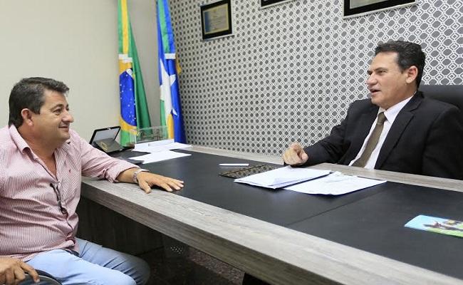 Deputado Maurão solicita informações para interceder por taxistas e destaca instalação do serviço de distribuição de água tratada em  Buritis