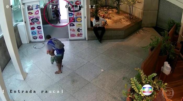 Pais abandonam criança em shopping; Polícia investiga