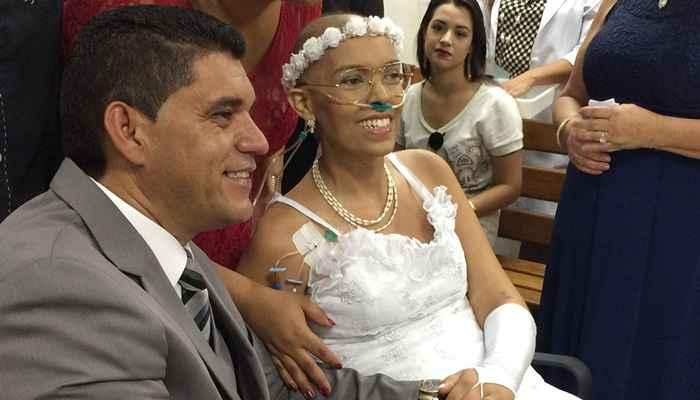 Mulher com câncer terminal que casou com companheiro de 19 anos, morre em Brasília