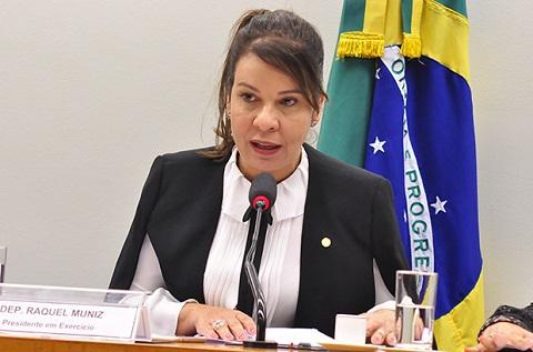 """Deputada que homenageou marido prefeito em voto """"sim"""", amanheceu com PF na porta"""