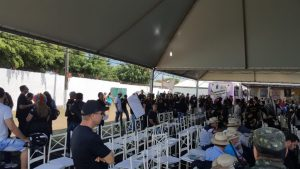 Policiais organizaram manifestação na abertura da feira, mas o governador não estava presente