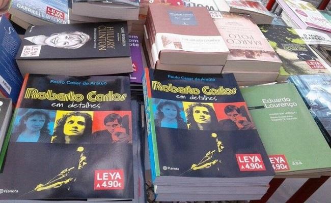 Proibida no Brasil, biografia de Roberto Carlos é vendida em 'saldão' em Lisboa