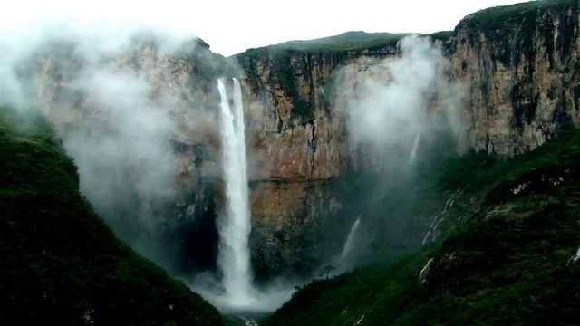 Cachoeira do Tabuleiro possui 273 metros de altura e fica localizada no município de Conceição do Mato Dentro