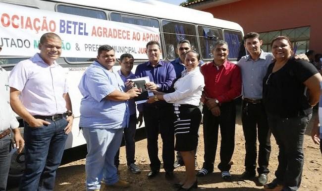 Maurão de Carvalho entrega micro-ônibus em Santa Luzia do Oeste
