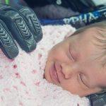 bebê amparado por luvas de motociclista está sendo amplamente com partilhada em todo o mundo