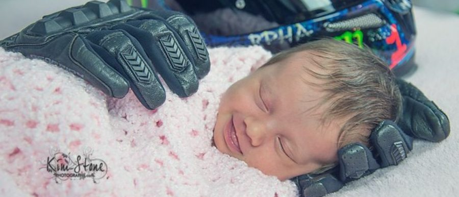 Foto de bebê segurada por luvas do pai morto viraliza