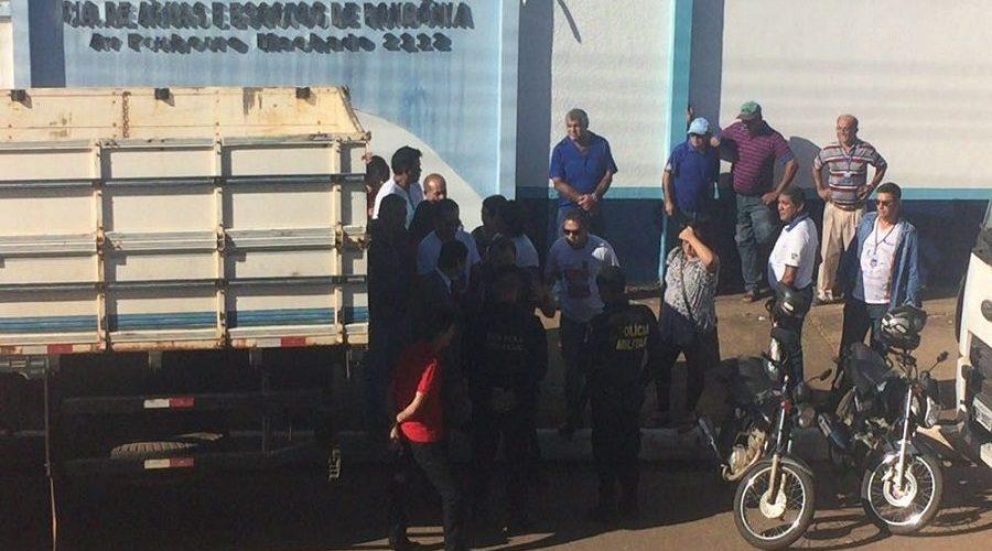 Confusão na Caerd: Policial saca arma contra servidores