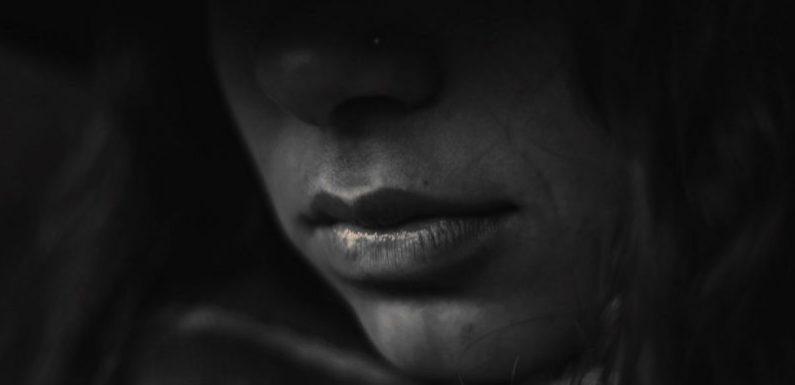 Mãe é presa por omissão em estupro da filha de 13 anos pelo padrasto