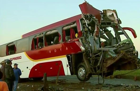 Acidente com ônibus mata um e fere 29 em SP