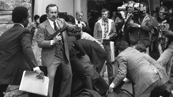 Foto do momento do atentado contra Ronald Reagan