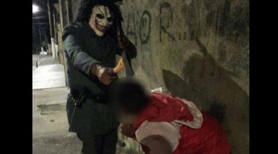 Foto em que PM aparece ameaçando jovem com machado está sendo investigada