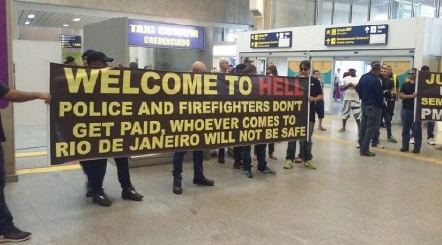 """Em protesto no RJ, policiais recebem turistas com faixa escrita """"bem vindo ao inferno"""""""