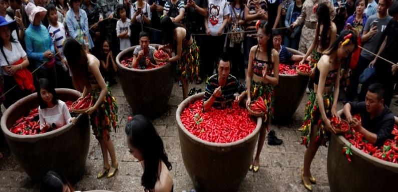 Chinês vence competição após devorar 47 pimentas em dois minutos