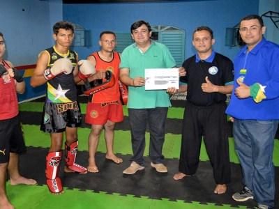 Deputado Cleiton Roque entrega passagens aéreas a atletas do Kung Fu