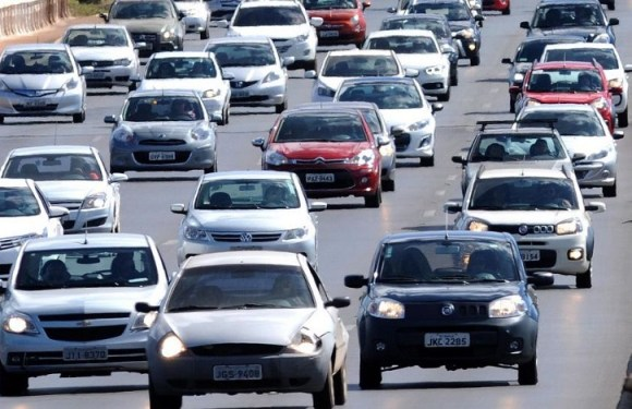 Multa por farol desligado em rodovia sinalizada é liberada no país