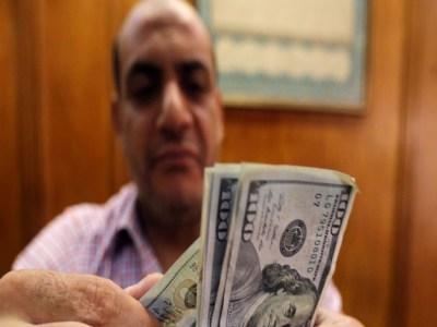 Egito adota câmbio flutuante e desvaloriza moeda local ante o dólar