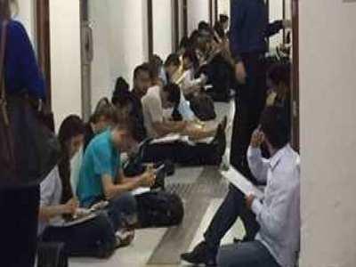 Estudantes da UnB fazem prova no chão por causa de ocupação