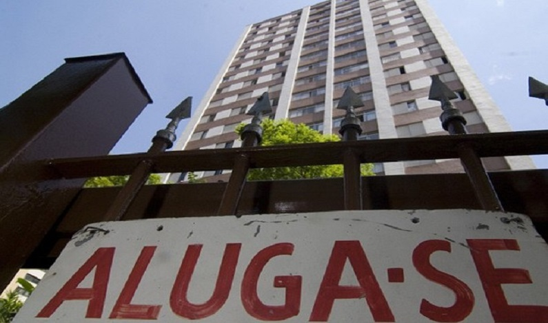 Quase 30% dos brasileiros têm gasto excessivo com aluguel