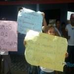 Estudantes protestam por melhorias em escola; diretora diz que problemas são causados por furtos
