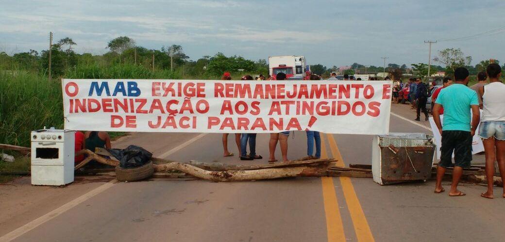 Integrantes do MAB fecham trecho da BR 364 em Rondônia