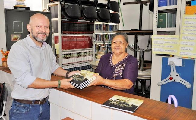 Em RO, vereador eleito entrega livros em agradecimento a votos que recebeu