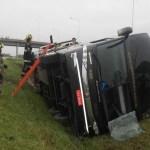 Ônibus com brasileiros tomba na Argentina; há mortos e feridos