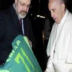Papa ganha camisa da Chape com número da quantidade de vítimas: 71