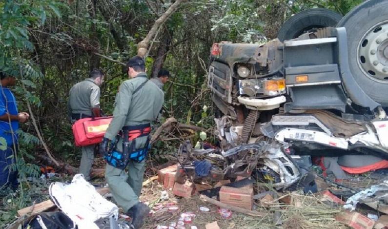 Acidente mata dois caminhoneiros e fere passageiro na BR-153, em Goiás