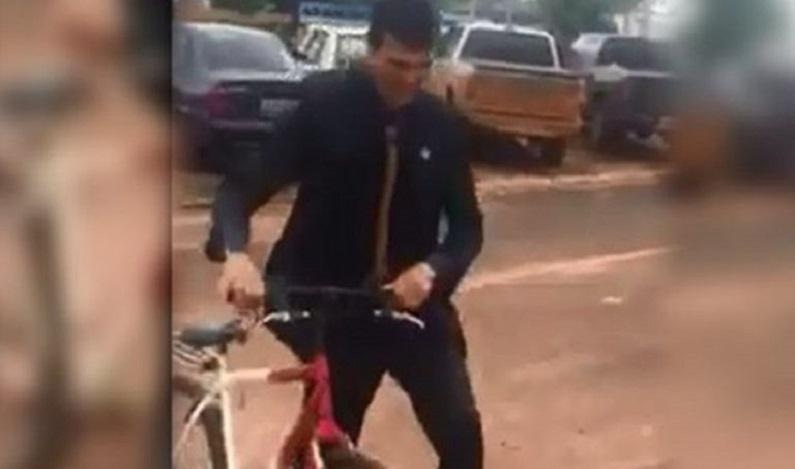 Ex-gari eleito a prefeito vai de bicicleta para solenidade de posse em MT