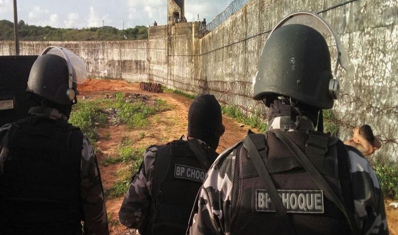 Policiais entram no presídio de Alcaçuz para erguer muro