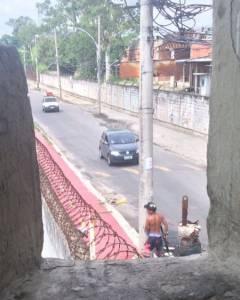 Bandidos caminham empunhando fuzis nas ruas do Rio de Janeiro