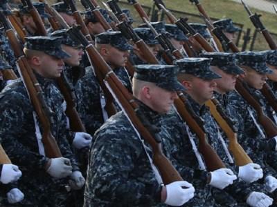 Trump congela contratações do governo, exceto de militares