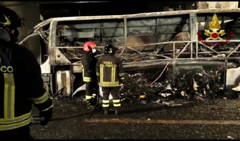 Incêndio em ônibus com estudantes mata 16 na Itália