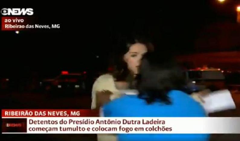 Repórter da Globo News é atacada ao vivo na frente de presídio em MG