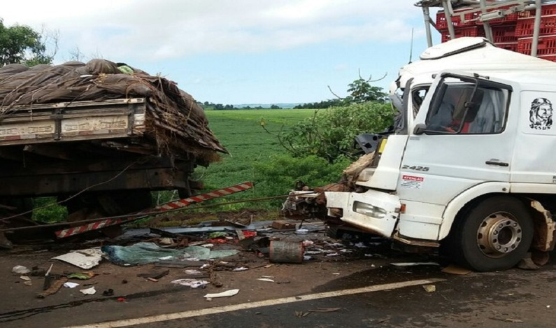 Mulher morre após batida entre três caminhões na BR-163, em Realeza