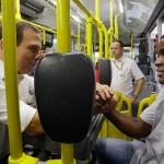 Doria viaja de ônibus em SP e diz que quer transformar cobrador em motorista
