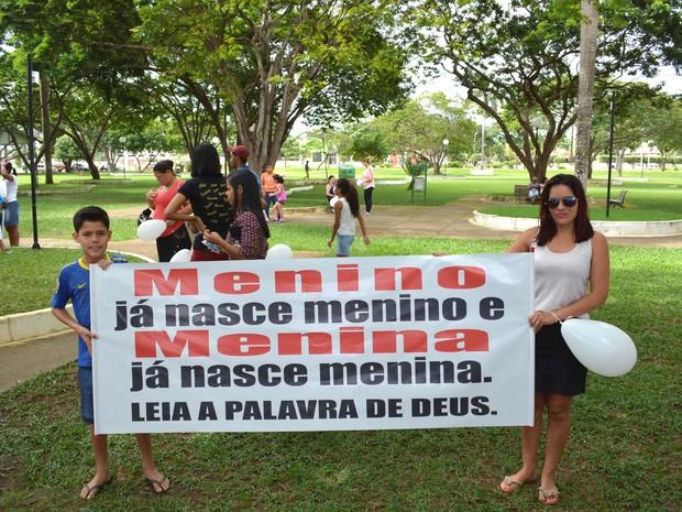 Protesto começou na Praça da Vitória, em Ariquemes (Foto: Ana Claudia Ferreira/G1)