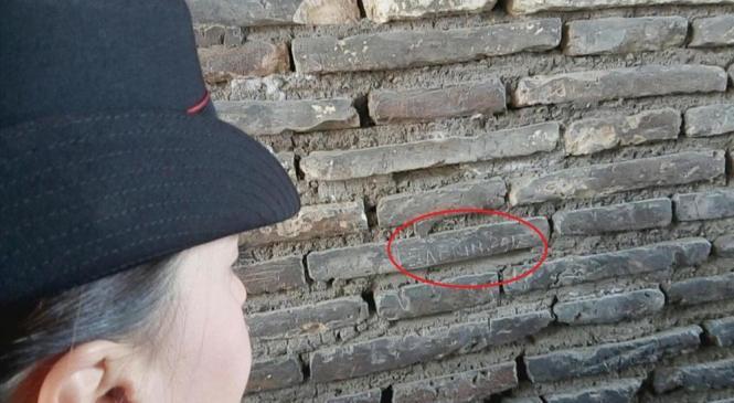 Turista é presa após escrever nome em coluna do Coliseu