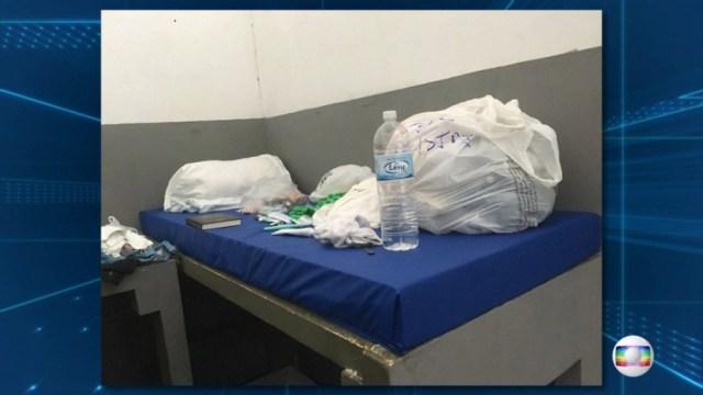 Sobre a cama de Eike Batista havia um travesseiro, uma sacola, uma garrafa de água mineral e uma bíblia (Foto: Patricia Andrade e Mahomed Saigg/TV Globo)