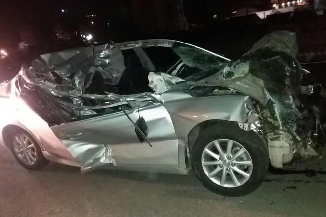 Passageira morre após carro bater em caminhão parado em acostamento