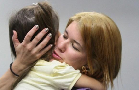 """Mãe reencontra filha sequestrada há um ano, """"saí do pesadelo"""""""